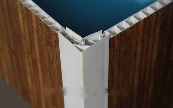 Стыки ПВХ панелей можно оформить специальными профилями