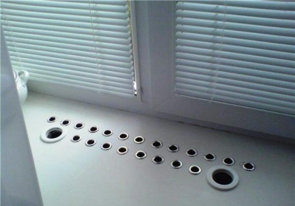 Существуют разные способы декора вентиляционных отверстий в столешнице под окном, но полностью отказываться от вентиляции нельзя.