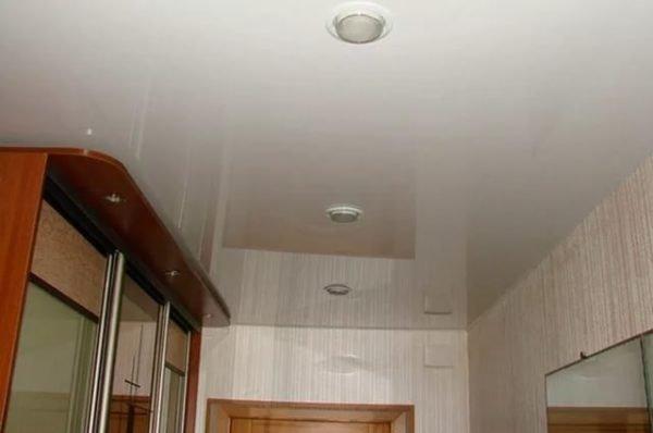 Так как модульные шкафы имеют фиксированную высоту подогнать их вплотную к потолочной мембране проблематично.