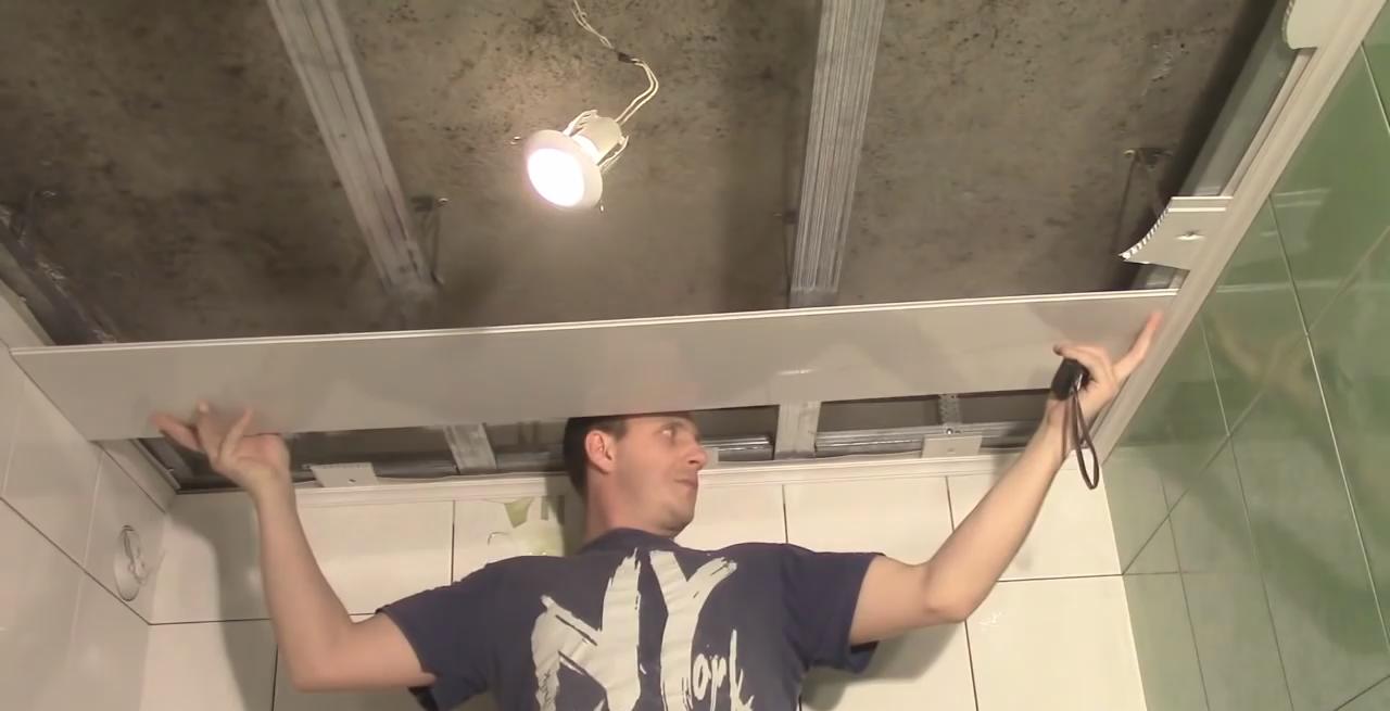 Укладка панелей пвх на потолок своими руками 3
