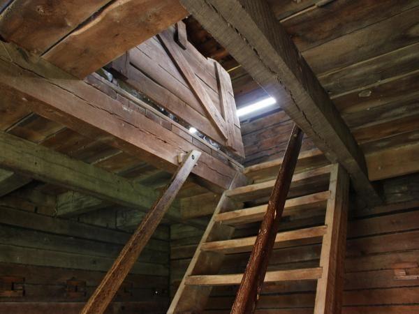 Так раньше в загородных домах устраивали дверь на чердак или в подвал, сейчас ситуация изменилась к лучшему и люки стали аккуратнее