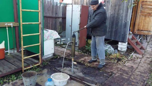 Такие колонки — традиционное решение для многих российских деревень, а между тем это и есть абиссинский колодец, правда с ручным приводом насоса