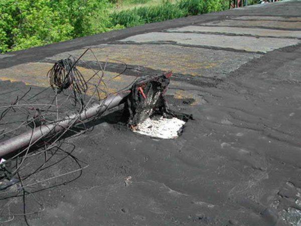 Такие механические повреждения характерны для большинства старых многоэтажных домов и в этом случае протечек не миновать