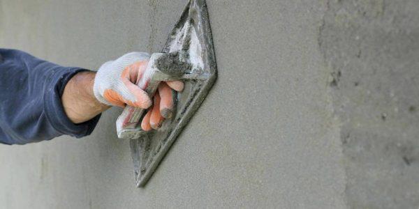 Таким нехитрым инструментом строительный раствор можно выровнять до идеального состояния