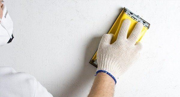 Технология отделки стен под покраску подразумевает шпатлевание и тщательное шлифование поверхности