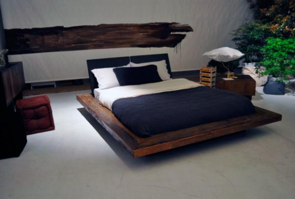 Текстиль кровати должен быть однотонным.