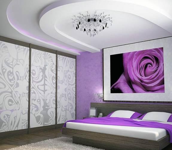 Темно-лиловые шпалеры хорошо сочетаются с любой деревянной мебелью