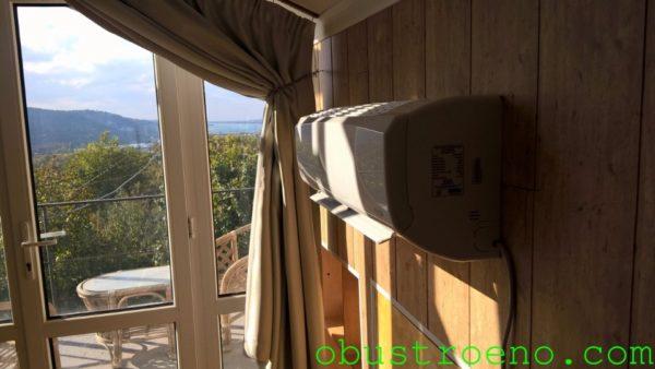 Тепловую завесу создает установленный рядом с окном внутренний блок сплит-системы.