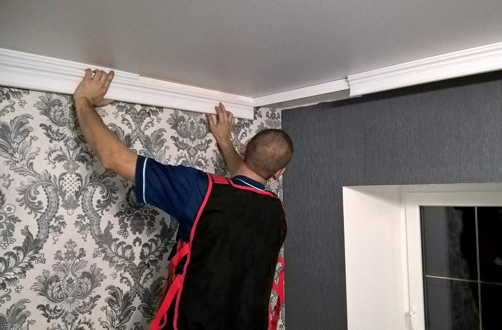 как приклеить потолочный плинтус перед шторами или фрагмент