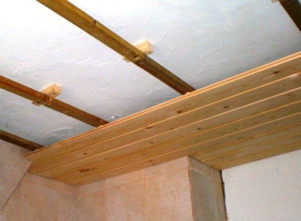 Традиционная отделка потолков деревянной вагонкой.