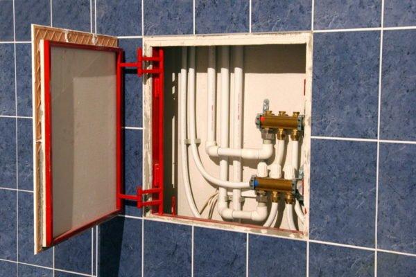 Трубы можно скрыть при помощи пластиковой дверцы, также внутри установить дополнительные полки для хранения вещей