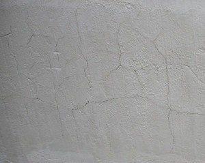 Цементная шпатлевка при высыхании склонна к растрескиванию