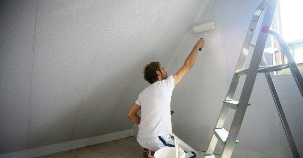 Цена грунтовки невысока, поэтому пропитать стены лучше ей, а не дорогой шпаклевкой.