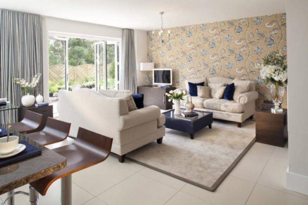 Цвет покрытия стен во многом зависит от размера комнаты и стороны света, на которую выходят окна в ней