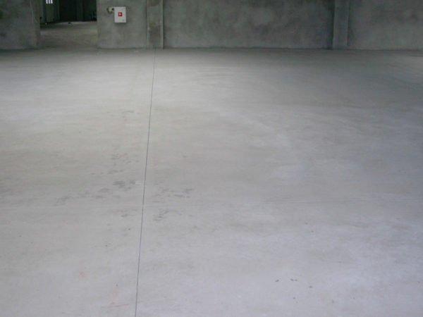 Твердая и гладкая поверхность бетона не позволяет наносить на него отделку без подготовки