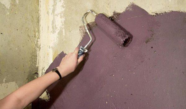 У пористого основания высокая впитываемость, поэтому покрытия уходит больше.