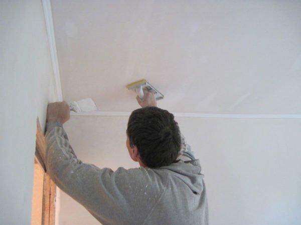 Участок потолка за пределами короба выравниваем шпаклёвкой и затираем