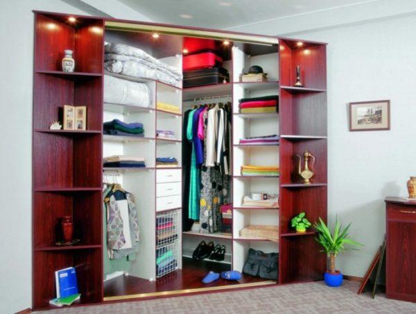 Угловой гардероб позволяет создать много пространства под хранение на ограниченной площади