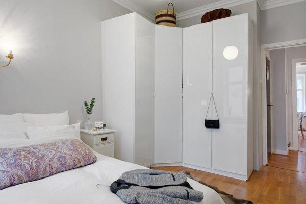 Угловой глянцевый гардероб для маленькой спальни
