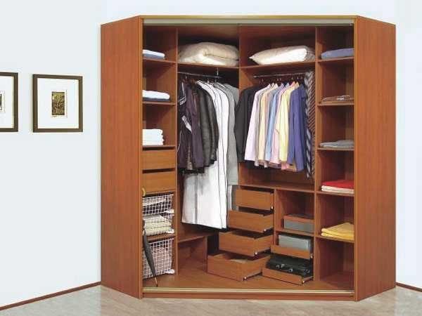 Угловой шкаф под двухсекционную роликовую систему получается относительно недорогим и вместительным.