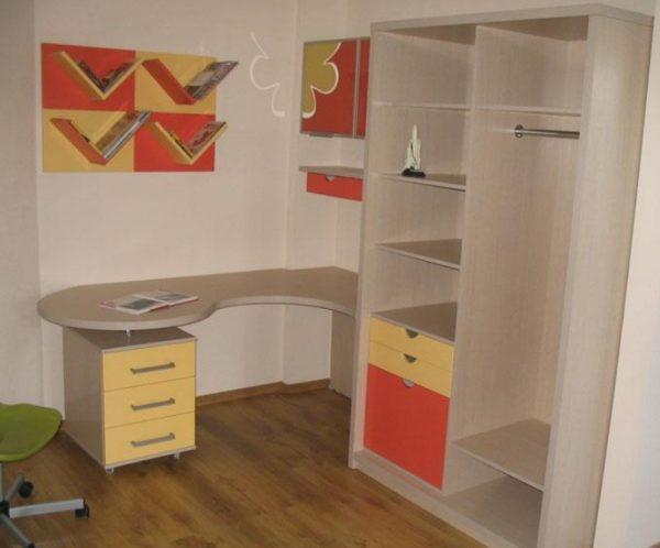 Угловой стол с отрытым шкафом в небольшой детской