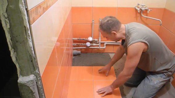 Укладка кафеля на пол ванной комнаты.