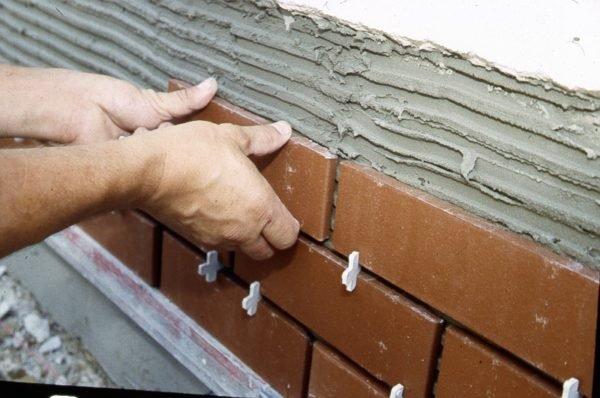 Укладка клинкерной плитки на жаропрочный строительный клей.