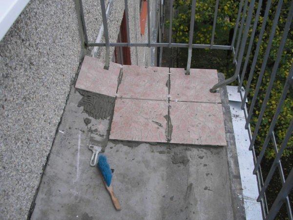 Укладка плитки на пол балкона.