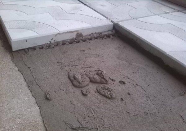 Укладка тротуарной плитки на бетонное основание.