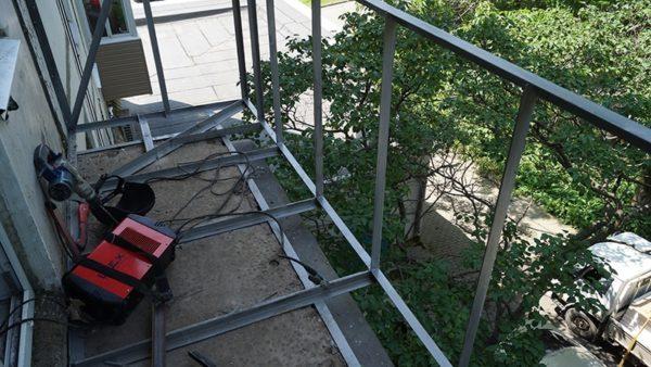 Укрепление парапета балкона и нижнего перекрытия металлоконструкциями