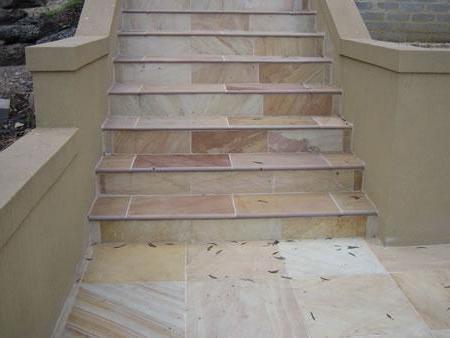 Уличные лестницы обычно отделывают плиткой или камнем