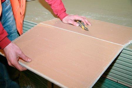 Уложенный на край стола лист сломается точно по надрезу.