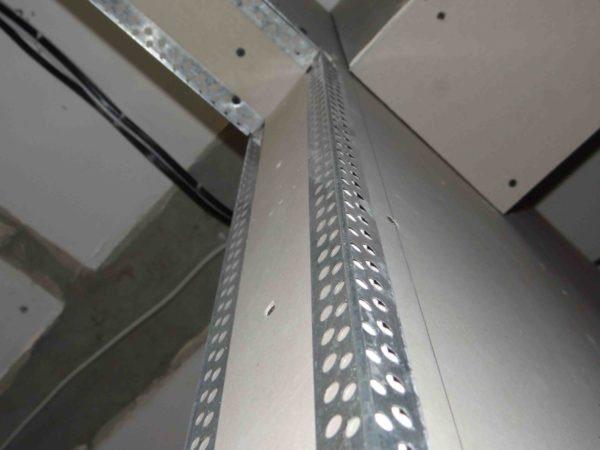 Усиление наружного угла перфорированным угловым профилем.