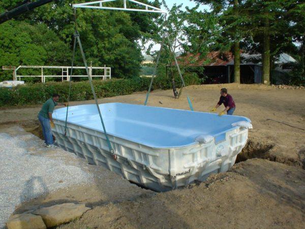 Установка покупного бассейна из стеклопластика в котлован.