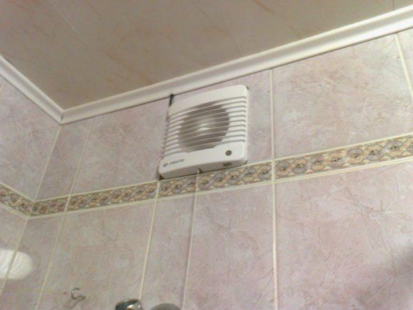 Установка вытяжки в вентканал полностью решает проблему высокой влажности в ванной.