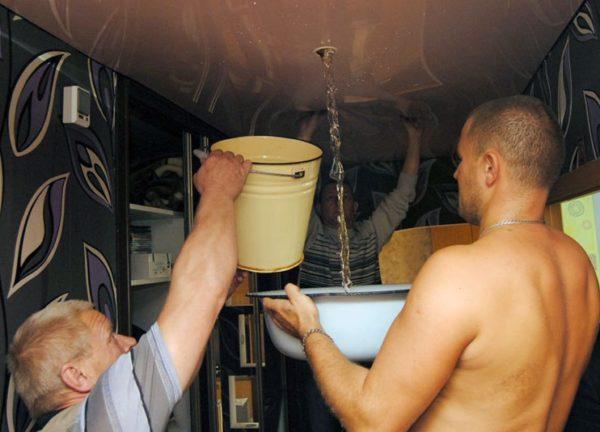 Устранение жидкости без использования шланга менее удобно, но также возможно