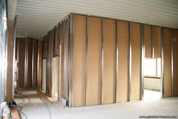Устройство угловой гипсокартонной конструкции с дверью