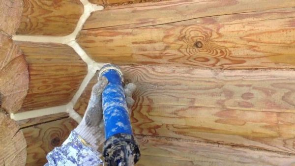 Утепление межвенцового шва бревенчатого дома замазкой