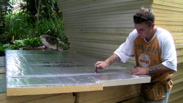 Утеплитель нужно нарезать кусками, согласно предварительным замерам.