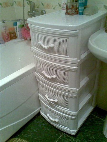 Узкий шкаф в ванной