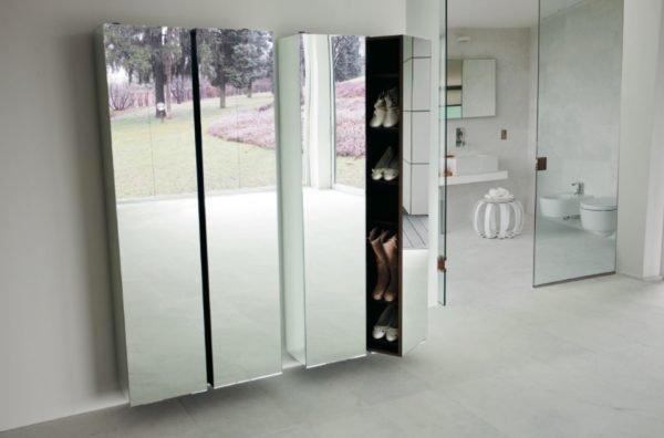 Узкий зеркальный шкаф в минималистичном интерьере современной прихожей