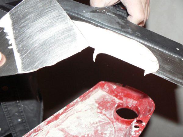 Узкой лопаткой удобно распределять состав