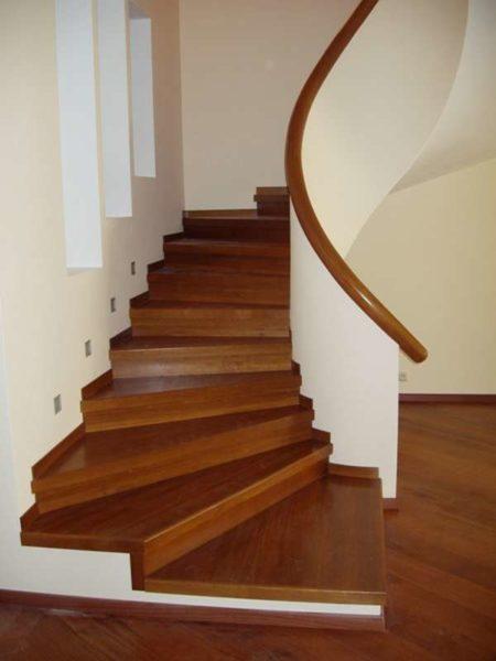 В частном доме можно отделать лестницу деревом
