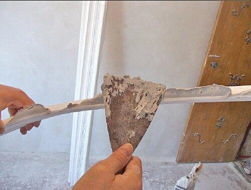 В качестве клея для пенопластового багета используется акриловая шпаклевка.