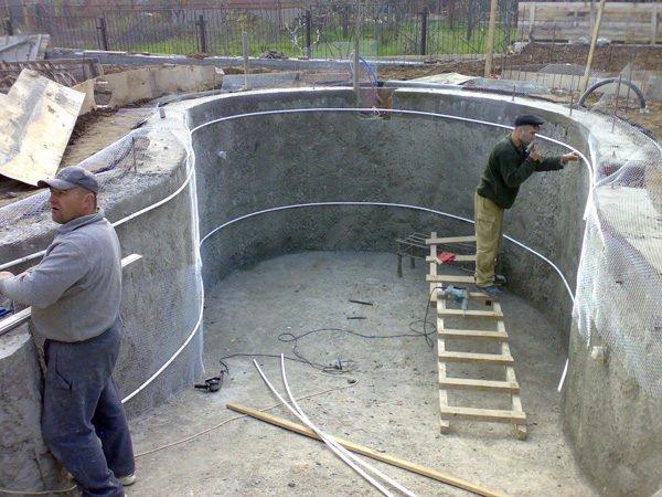 В качестве временных маяков для оштукатуривания криволинейных стенок можно использовать пластиковые трубы.