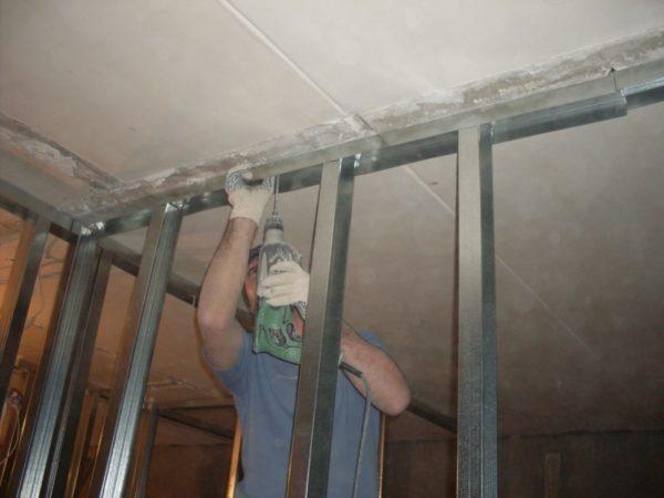 В качестве закладной планки можно использовать горизонтальный потолочный профиль с широкой полкой.