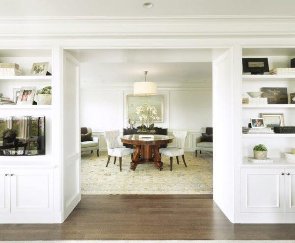 В каждом доме найдется целый арсенал милых вещиц, которыми можно заполнить стеллаж в гостиной.
