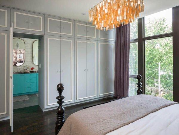 В классическом дизайне створки дверей и антресолей декорируются одинаково.