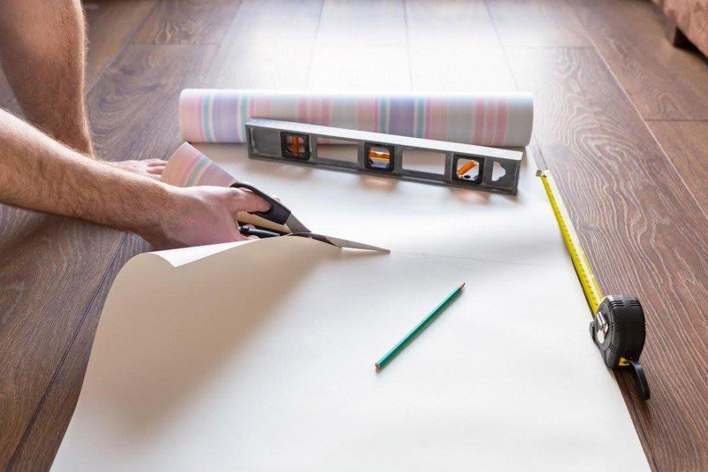 В начале работы нарезаются полотнища по размеру стен.