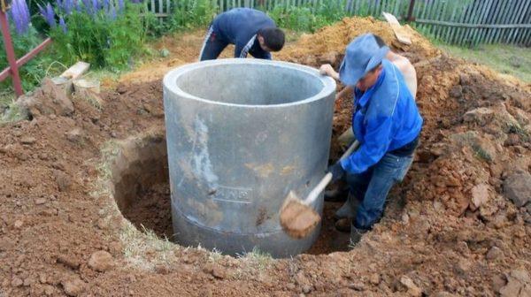 В наше время для обустройства колодезных шахт используют бетонные кольца